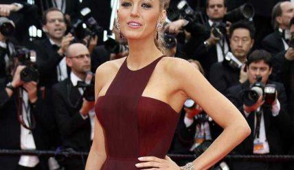 Платье марсала: с чем его носить?