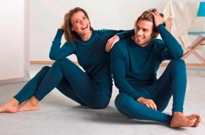 мужчина и женщина в синем термобелье