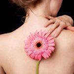 спина девушки цветок