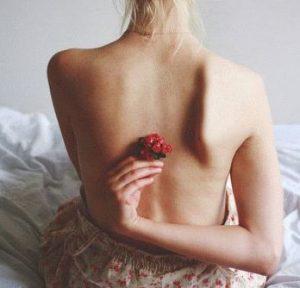 спина девушки и цветочек