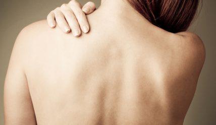 Что делать, если шелушится кожа на спине?