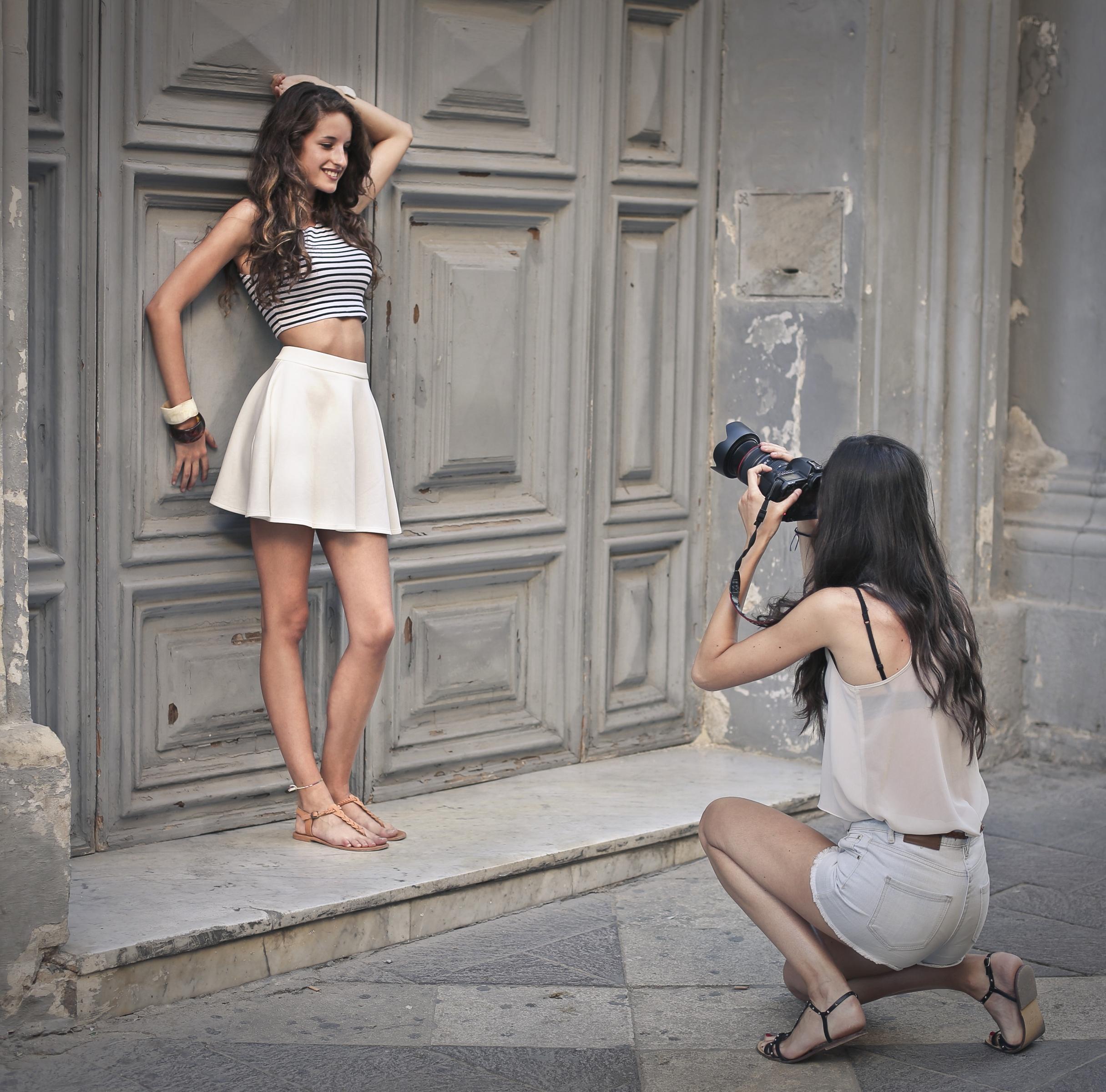 девушки фотографируют одна другую