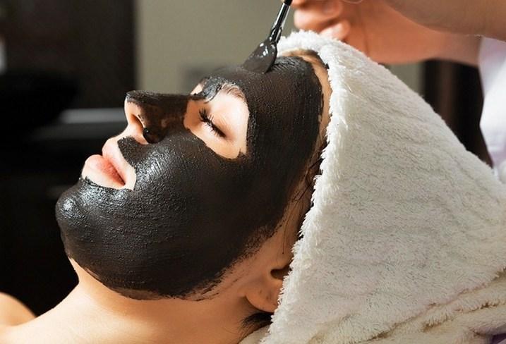 девушка с черной маской на лице