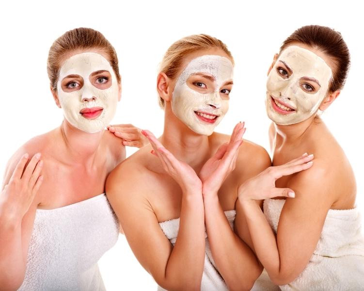 женщины с масками на лицах