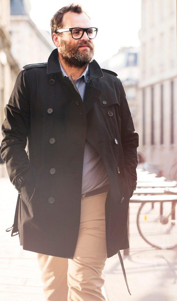 полный мужчина в пальто