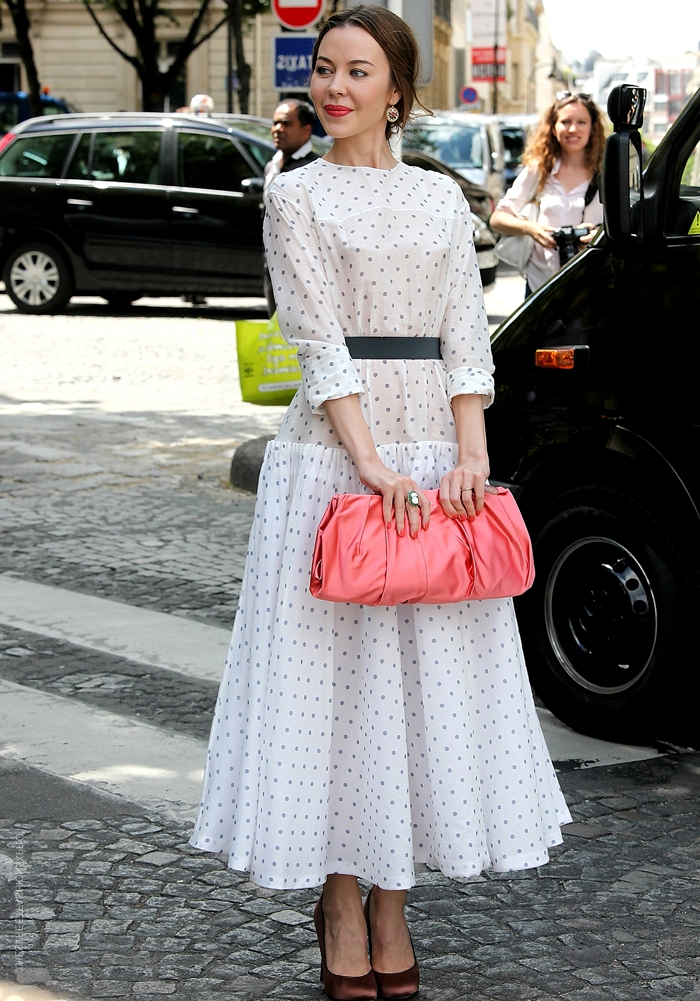 женщина в нарядном платье миди