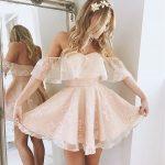 девушка в нарядном платье перед зеркалом