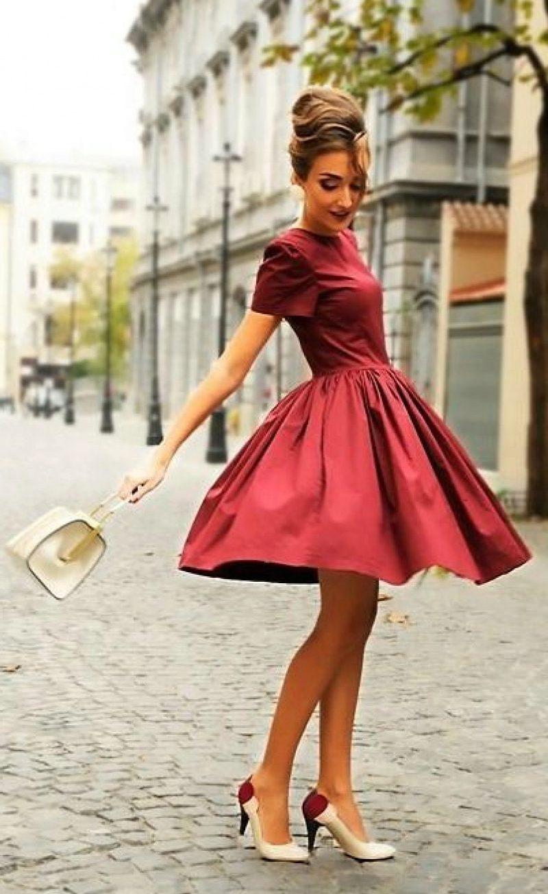 девушка в платье винного оттенка