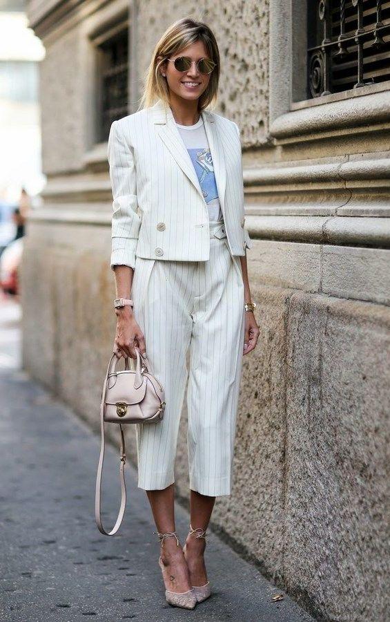 женщина в белом брючном костюме