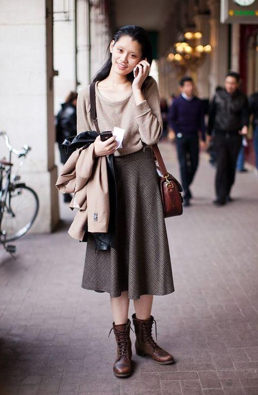 девушка в ботинках юбке и джемпере