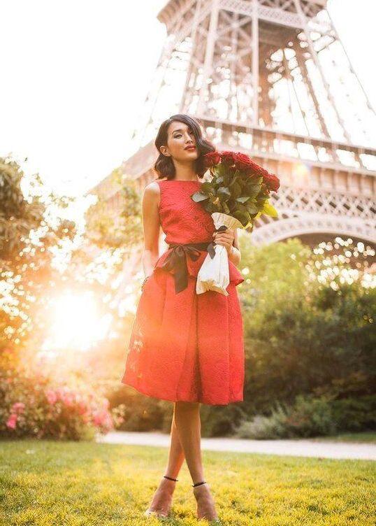 девушка в красном платье с розами