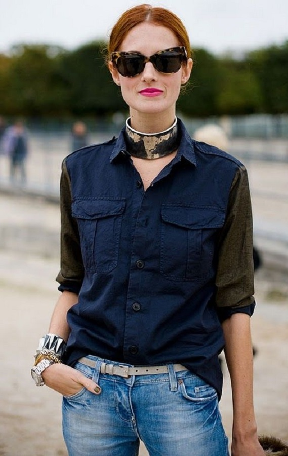 на девушке джинсы рубашка чокер и браслеты