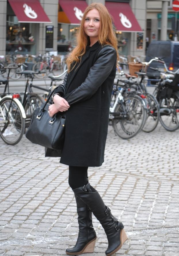 девушка в коротком пальто и сапогах