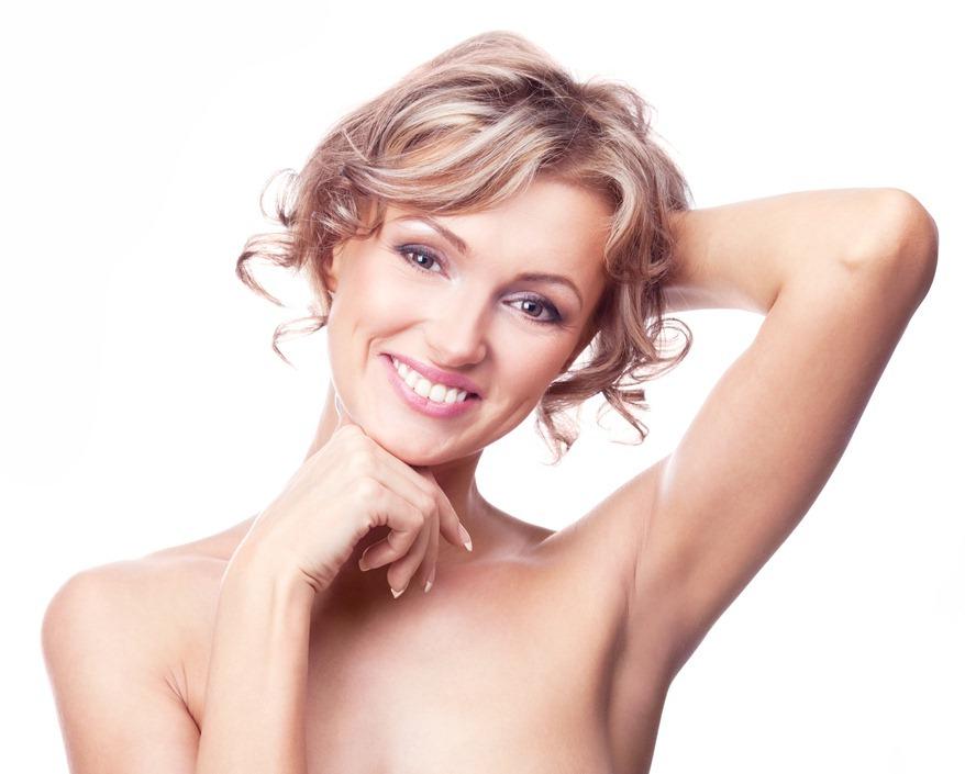 улыбающаяся женщина с поднятой рукой