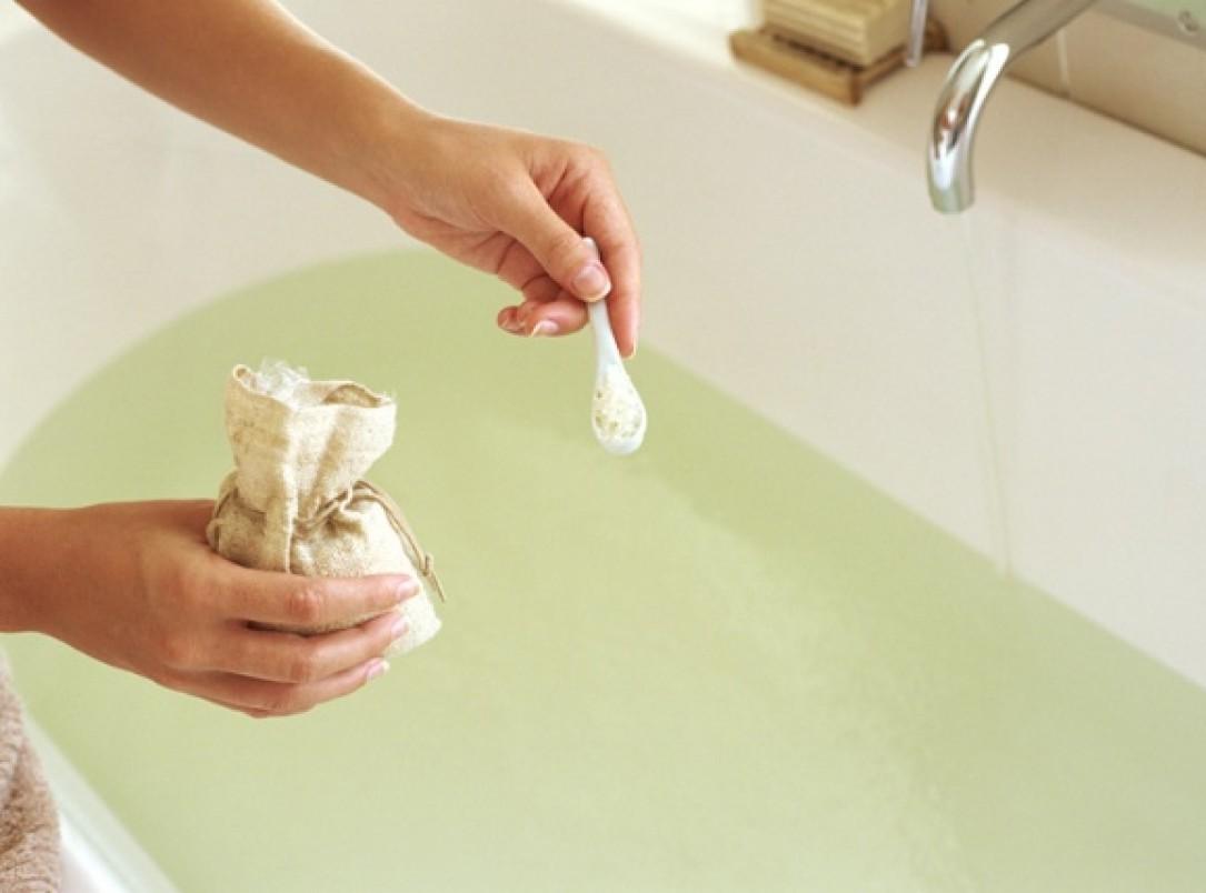 насыпание соды в ванну