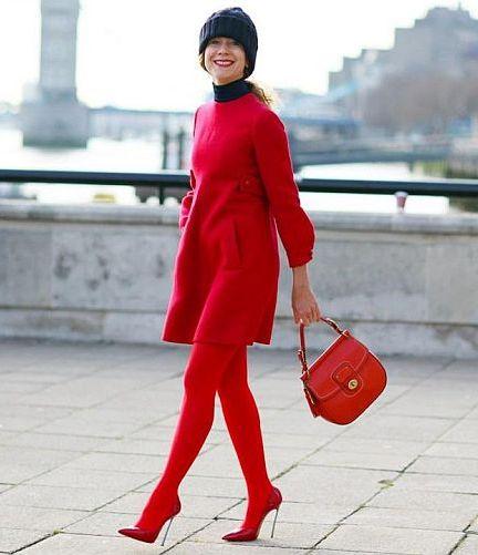 красное платье и колготки