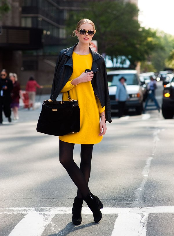 желтое платье с черными колготками