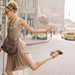 девушка в бежевом платье и туфлях