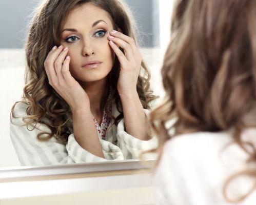 женщина смотрит в зеркало