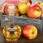 графин с уксусом и яблоки