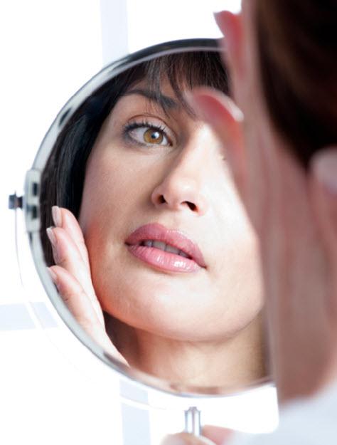 женское лицо в зеркале