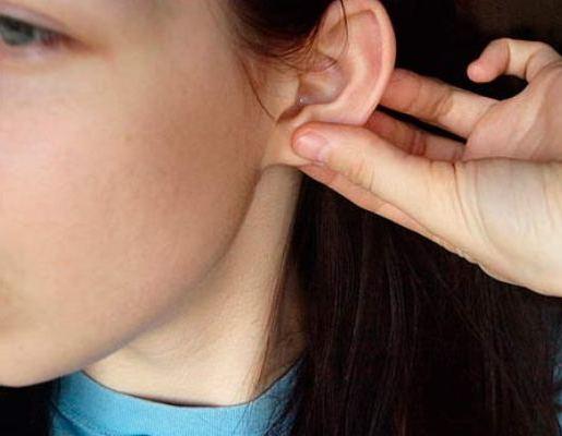 Шарик в мочке уха появился и болит внутри