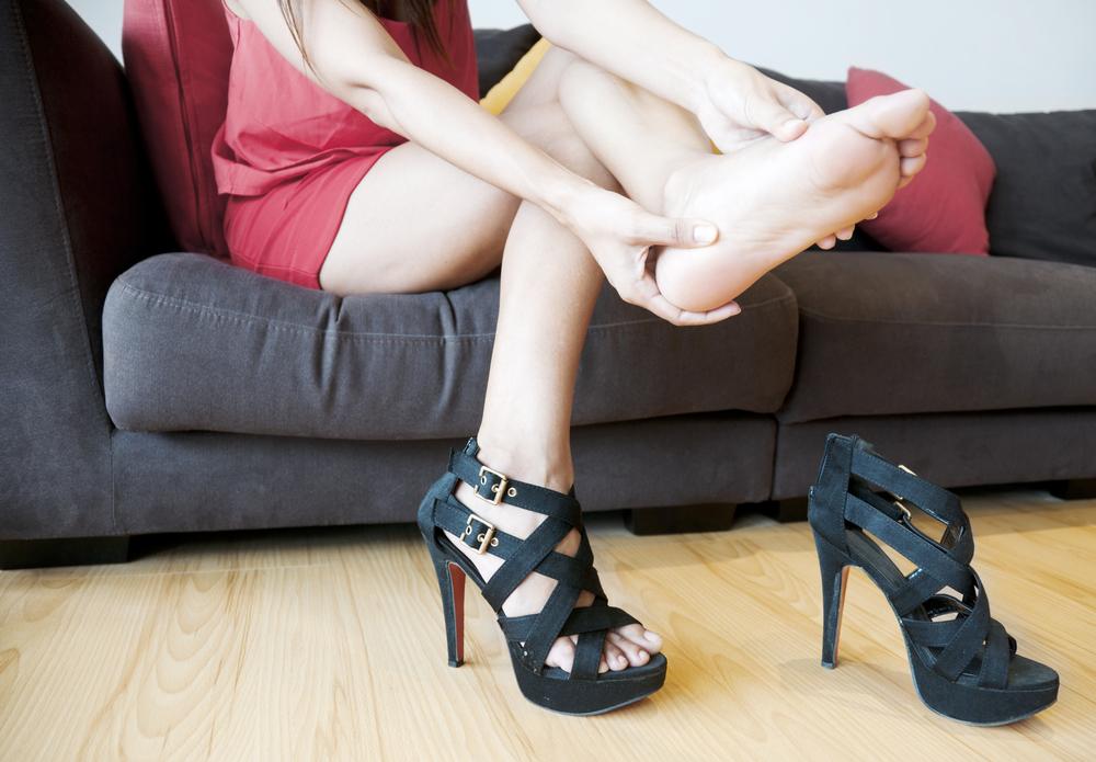 девушка сняла обувь