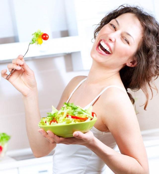 женщина и тарелка салата