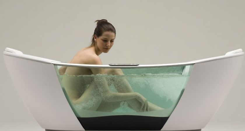 девушка сидит в ванне