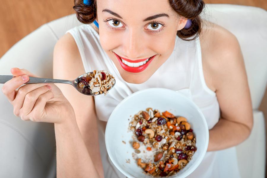 девушка ест мюсли