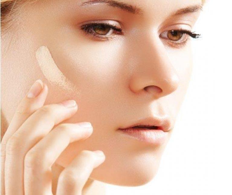мазок тонального крема на лице