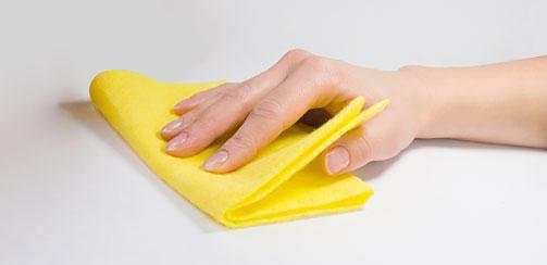 рука с желтой тряпкой