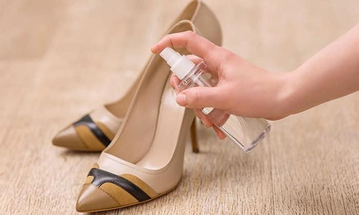 туфли обрабатывают спреем
