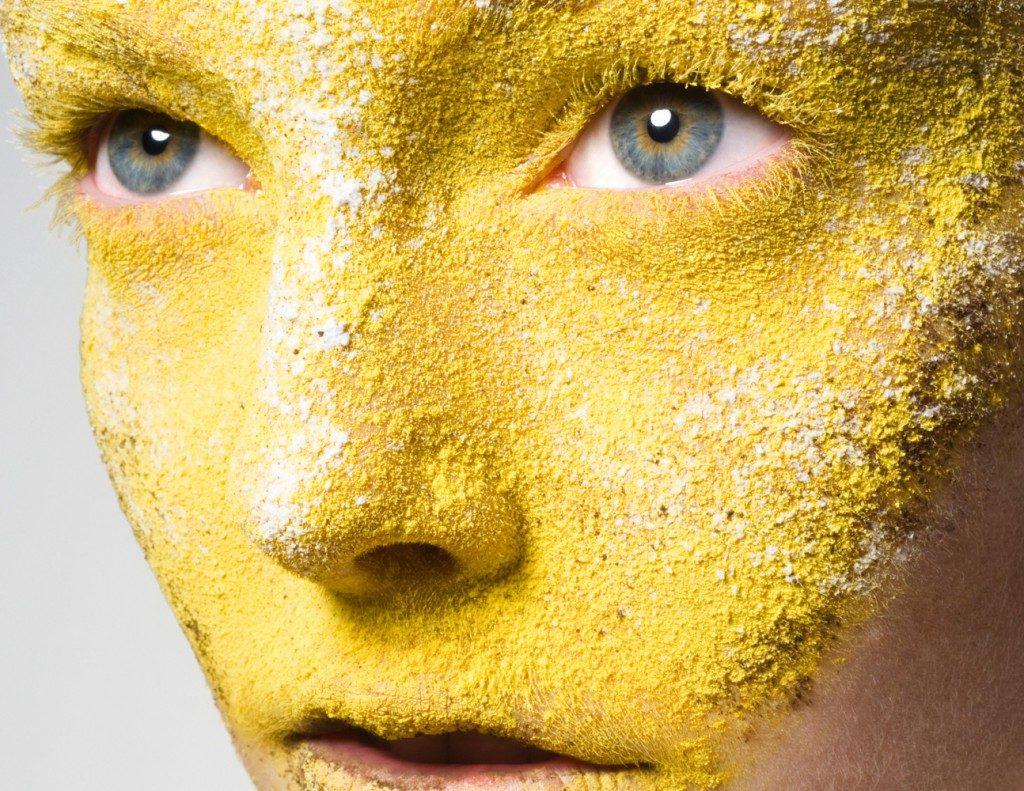 желтый грим на лице