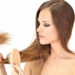 женщина расчесывает длинные волосы
