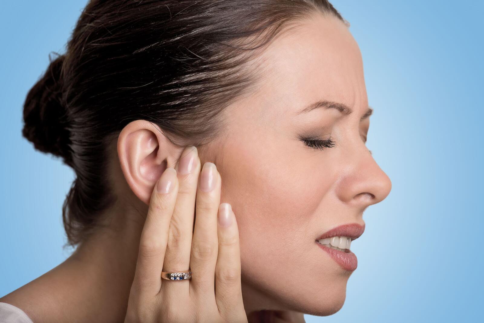 Опухла мочка уха и болит