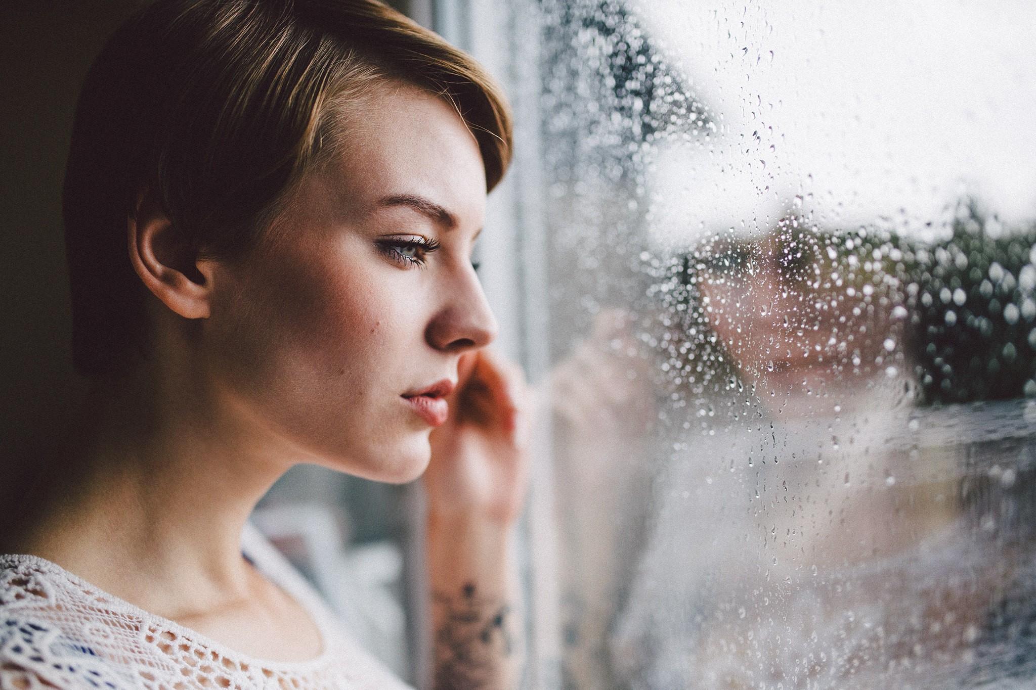 женщина смотрит через стекло
