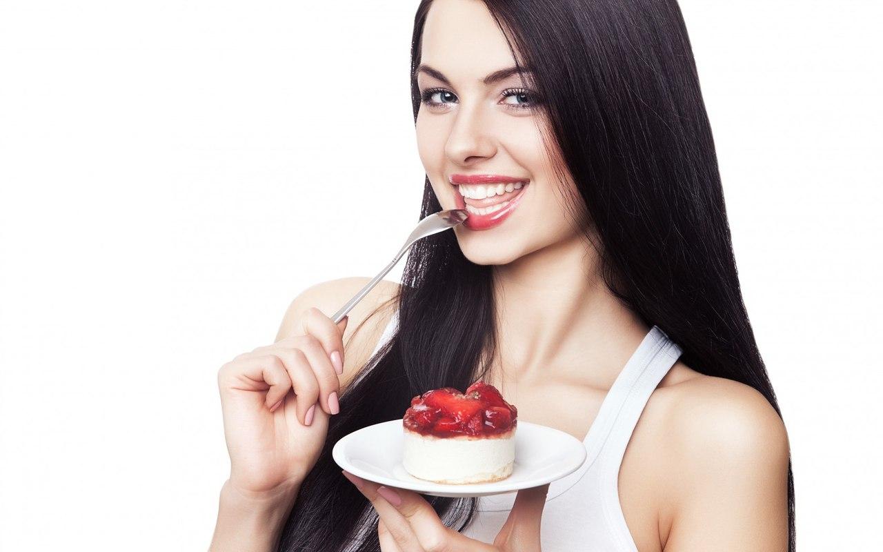 девушка и легкое пирожное
