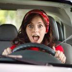 испуганная девушка в авто