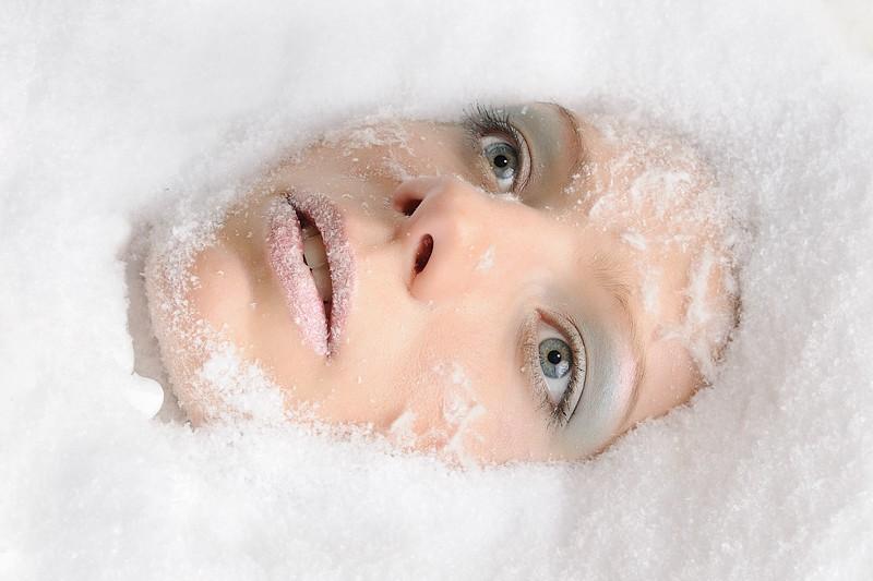 женское лицо в снегу