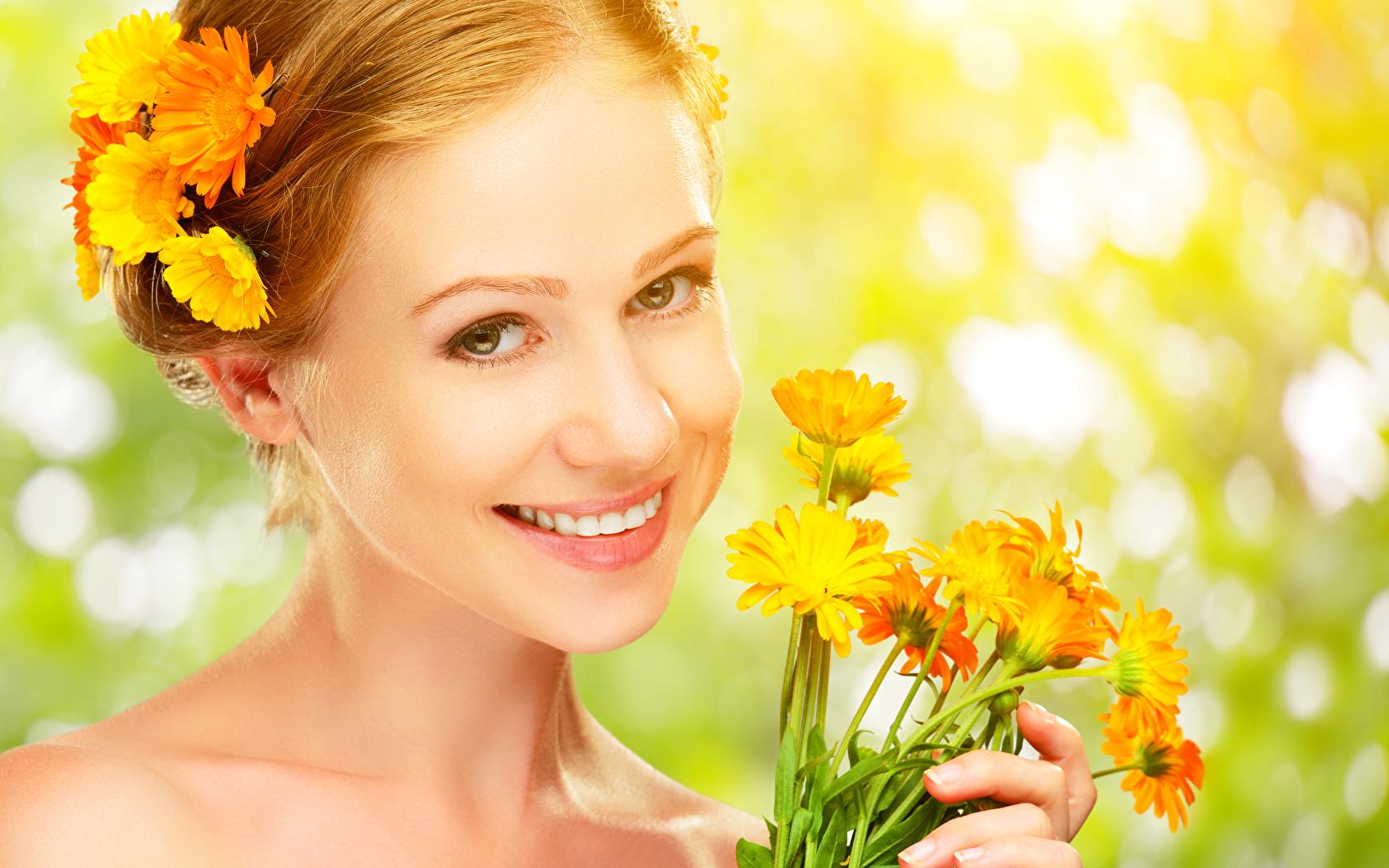 девушка с цветами календулы