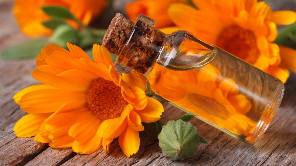 цветки календулы и флакончик