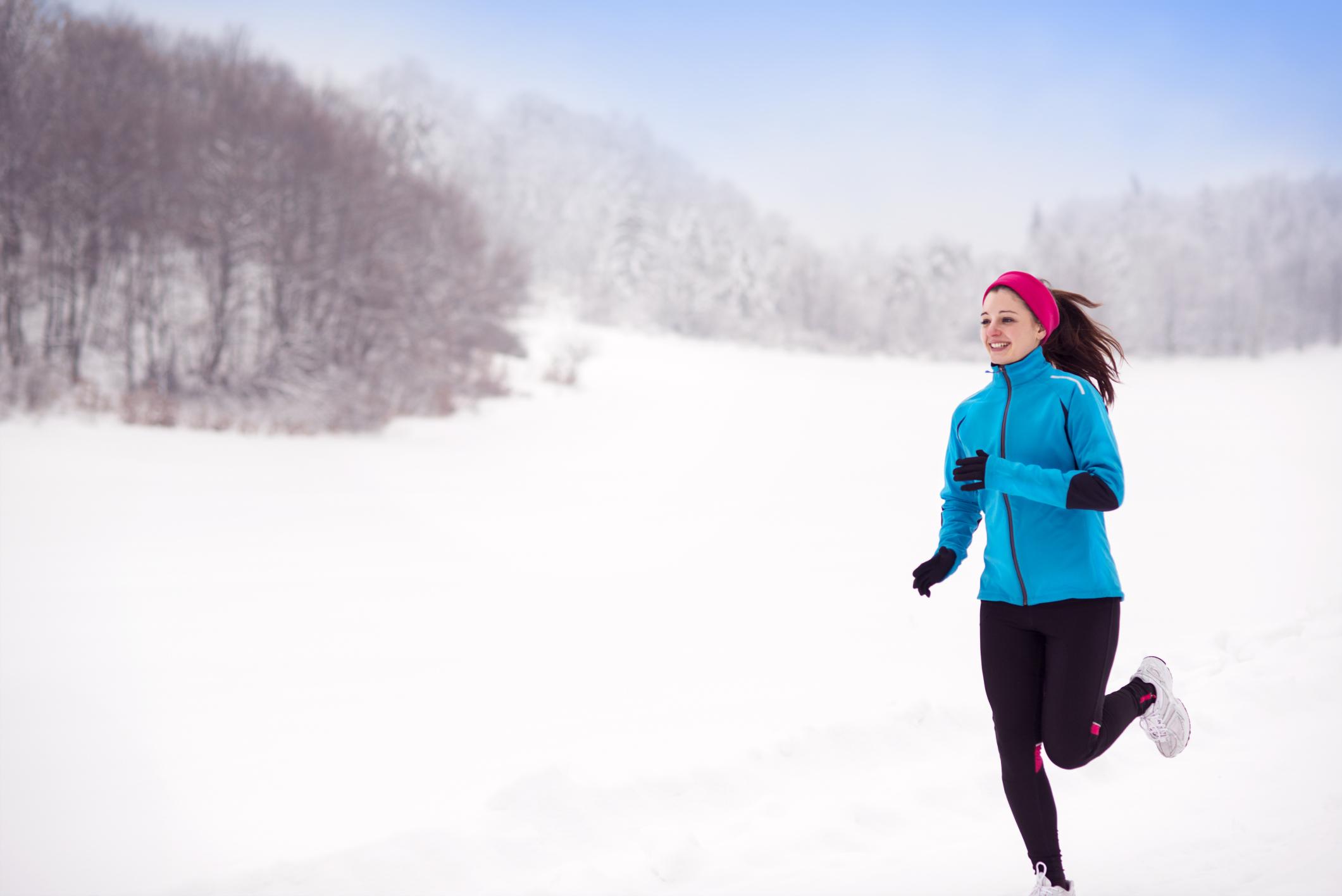 девушка бегает зимой