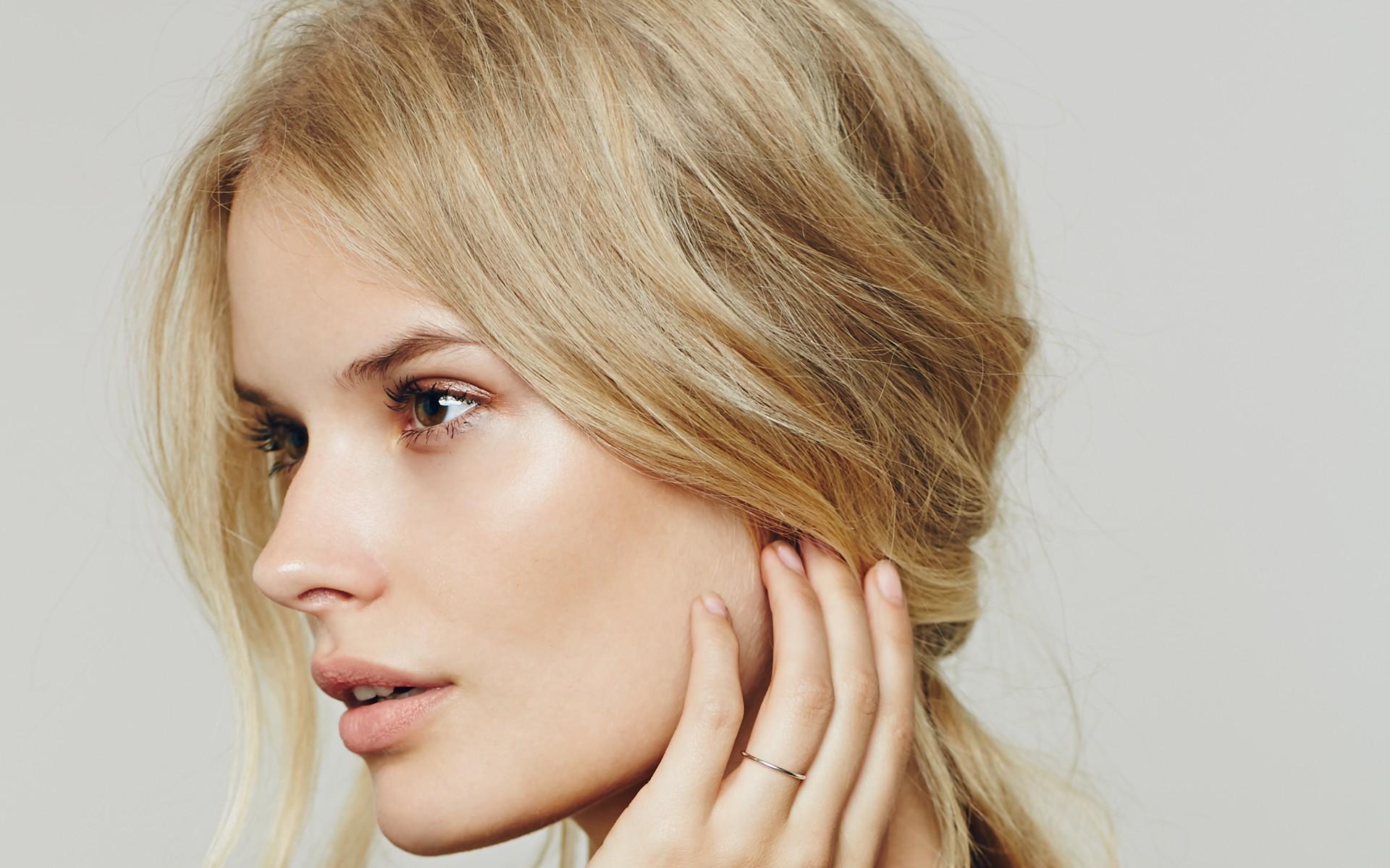 блондинка с естественными бровями