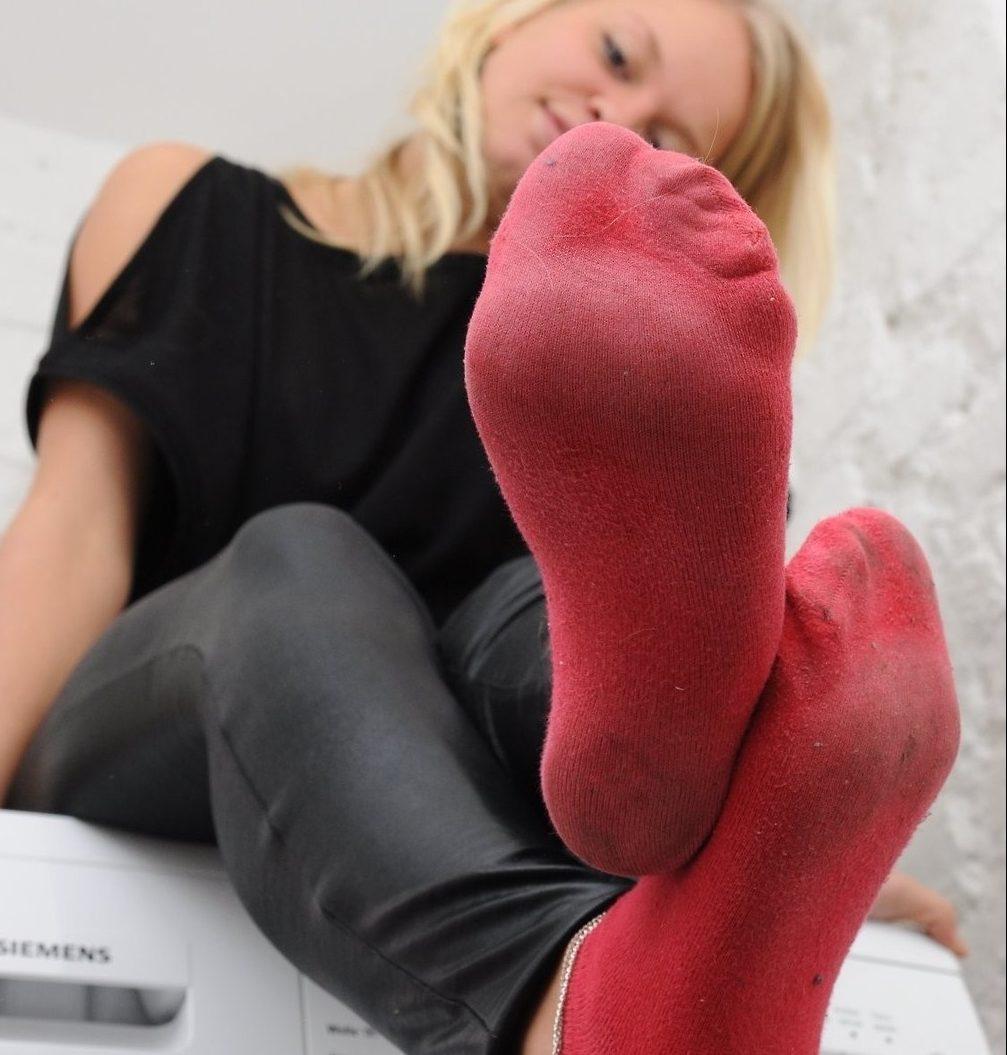 девушка в красных носках