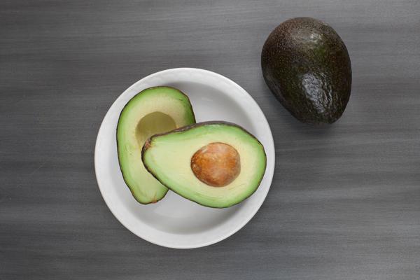 авокадо целое и разрезанное