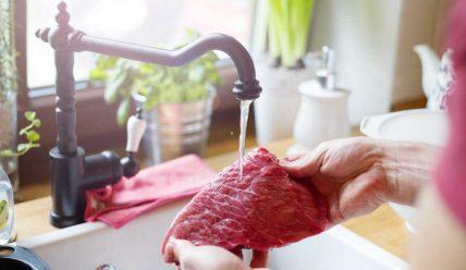 Правда ли, что нельзя мыть сырое мясо перед приготовлением?