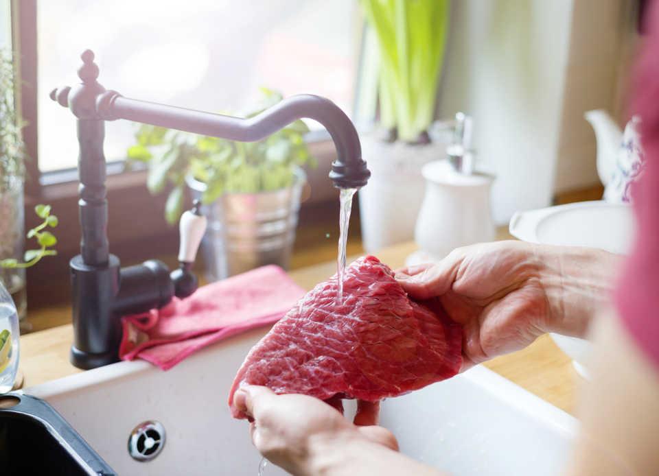 нужно ли мыть мясо перед приготовлением - нет