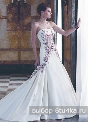 цвет Белое платье с цветной отделкой