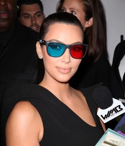 Ким Кардашьян в разноцветных очках